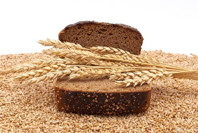 2)Tam Tahıllar  Tam bir cilt koruyucu olarak: Tam tahıllar!  Tam tahıllar antioksidan kaynağı besinlerdir.İltihaba bağlı olarak cilt hasarıyla savaşırlar.Vücuda gerekli olan B vitamini biyotini alınmazsa, cilt kurur ve pul pul dökülebilir.Bunun için özellikle günde 1 dilim tam tahıllı ekmek tüketmek ciltte oluşacak hasarları önlemeye yardımcı olur. İçerdiği E vitamini ile cildi güneşin zararlı etkilerinden koruyarak cilt kuruluğunun ve kırışıklıklarının azalmasına yardımcı olur.