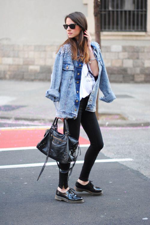 Kot Ceketler:  Herkesin dolabında mutlaka bir tane bulunan kot ceketler, farklı şekillerde kullanılsa da hiçbir zaman moda olmaktan çıkmadı. Günümüzde bele daha çok oturanları tercih ediliyor.