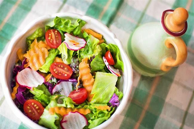 Öğle yemeğinde bol yeşillikli ve protein dolu bir salata!   Paltrow'un detoks programında öğle yemeğinde kolayca hazırlanabilen bir salata öneriliyor.İşleri kolaylaştırmak için 2-3 farklı sebze ve protein ile üzerine dilediğiniz türde bir sos kullanılması önerilmiş.Hazır salata sosları ise içerdiği gizli şeker sebebiyle önerilmiyor. Alternatif olarak zeytinyağı ve limon, misket limonu suyu ya da balsamik sirke önerilmiş.