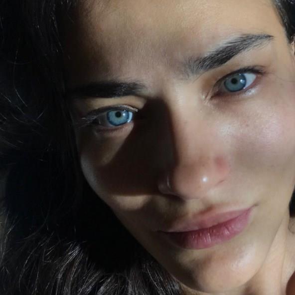 """Saadet Işıl Aksoy  Türkiye'de en çok makyajsız selfie paylaşan ünlülerin başında gelen Aksoy, """"Pazartesi selfie""""siyle"""" takipçilerine """"günaydın"""" demişti.   Duru güzelliğiyle kısa sürede takipçilerinin beğeni yağmuruna tutuldu."""