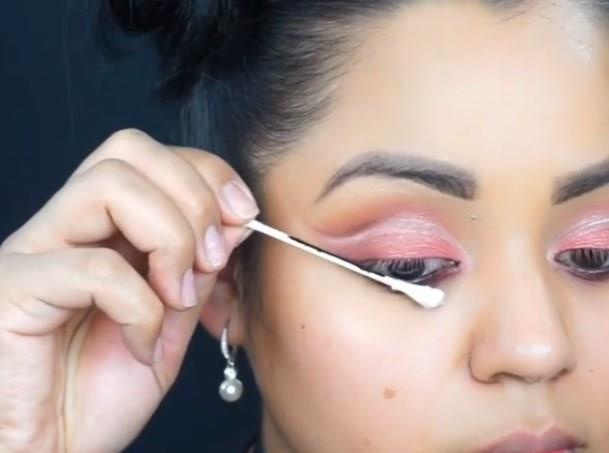 Eyelinerınızı kulak çubuğu ile çekmek size hem zaman hem de enerji kazandıracak.Tek ihtiyacınız eyeliner ve kulak çubuğu!
