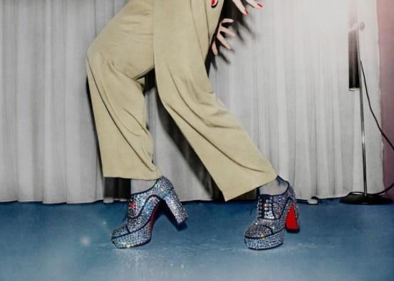 45 yaşında olan Louboutin, 18 yaşından itibaren Charles Jordan, Yves Saint Laurent ve Roger Vivien gibi büyük modaevleriyle çalıştıktan sonra 1991'de Paris'te mağaza açmış. İlk müşterisi de Monaco Prensesi Caroline olmuş. Bugün 150 milyon dolarlık cirosu olan markanın, başta Paris, New York, Londra, Moskova ve Los Angeles'ta olmak üzere toplam onüç butiği var.