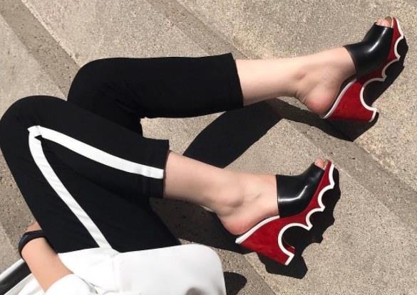 Reklam yapmasa da moda dergileri ve ünlülerin ayaklarını süsleyen kırmızı tabanlar bütün dünyada kadınların ayaklarında. Nicole Kidman, Sarah Jessica Parker, Demi Moore,Madonna, Dita Von Teese ve Gwyneth Paltrow bu markadan vazgeçemeyen ünlü isimlerden sadece birkaçı.