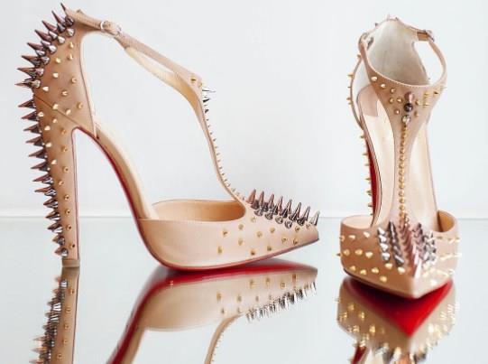 """Christian Louboutin'lerin Tabanı Neden Kırmızı?  Dünya sosyetesi ve Hollywood yıldızlarının vazgeçemediği Louboutin'in mucidi İngiliz modacı Christian Louboutin, ayakkabının hikayesini ise şöyle özetliyor:  """"22 yıl önce bir dergide 'kırmızının kadınlar için vazgeçilmez' olduğunu okudum. Siyah bir ayakkabının tabanını parlak kırmızı oje ile boyadıktan sonra bu rengi diğer modellerde de uygulamaya karar verdim. Bu tasarımın patentini ise 2008'de aldım. Böylece 20 yılda 600 bin ayakkabı sattım.""""  Kaynak Fotoğraflar: Instagram, Pinterest"""