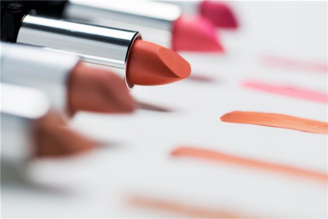 Nude dudaklar son yıllarda en çok sevdiğimiz görünümlerden. Ancak nude ruj kullanırken, dikkat etmeniz gereken birkaç nokta var!  Öncelikle rujunuzu cilt tonunuza uygun seçmeniz gerekiyor. Cilt tonunuza uymayan renkler sizi daha solgun gösterebilir.   Esmer tenliyseniz kahverengi ve gül kurusu alt tonlu nude rujlar, buğday tenliyseniz kahveye dönük ve şeftali tonlarındaki rujlar, beyaz tene sahipseniz daha çok pembe, gülkurusu ve şeftali tonlarındaki nude rujlar doğru tercih olacaktır.  İşte bizim sizler için seçtiğimiz en iyi nude rujlar..  Kaynak Fotoğraflar: Pinterest, Sephora, Mac