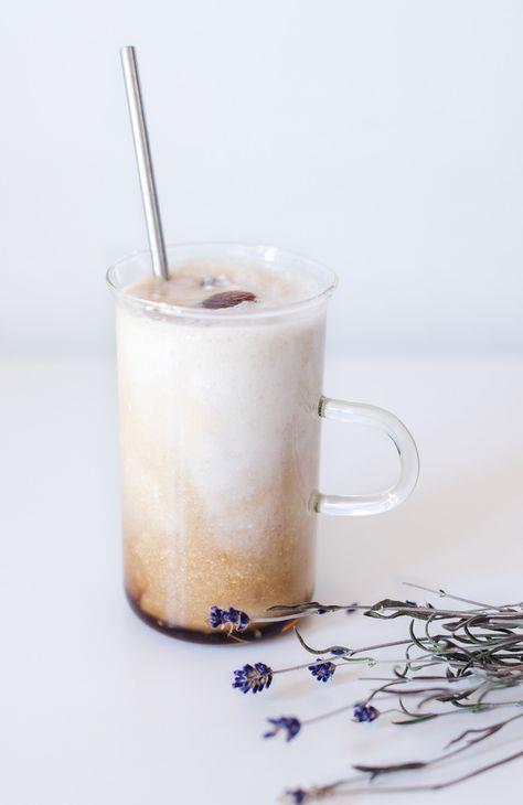 Yağ yakıcı kahve:  Malzemeler:    1 su bardağı süt   1 adet çubuk tarçın   1 tatlı kaşığı gold veya klasik kahve  Hazırlanışı: Yağ yakıcı kahve için kullanacağımız sütü mutlaka geceden hazırlıyoruz, buna dikkat etmelisiniz. Geceden sütü ve çubuk tarçını küçük bir tencereye alıp kısık ateşte kaynatıyoruz. Bunu yapmamızın amacı, tarçının özlerini iyice süte bırakmasını sağlamaktır. Süt bir taşım kaynadıktan sonra ocaktan indiriyoruz ve sabaha kadar içinde tarçını da bırakıp bekletiyoruz.