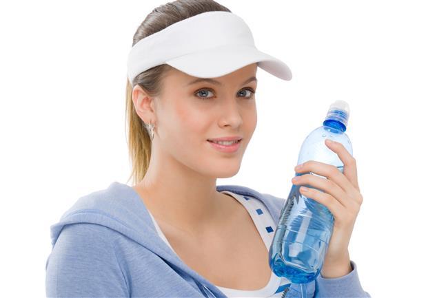 """Yetersiz su içmek  Sıcaklarda vücudun sıvı ihtiyacı artıyor. Özellikle kıyı bölgelerinde nem oranı da yüksek olduğu için ter ve nefes alıp verme sonucunda daha fazla sıvı kaybediliyor. Kardiyoloji Uzmanı Doç. Dr. Ahmet Karabulut ayrıca aşırı güneşe maruz kalınması sonrası gelişen güneş yorgunluğu ya da güneş çarpmasında da vücutta belirgin sıvı kaybı olduğuna dikkat çekerek şunları söylüyor: """"Bu durum, tansiyon düşüklüğünden çarpıntı ve baygınlığa kadar uzanan sağlık sorunlarına neden olabiliyor. Tatilde sıvı alımının 2 litrenin altına inmemesine özen gösterin. Temel olarak tüketeceğiniz sıvı ise su olmalı. Taze limonata, komposto ve ayran diğer tercih edeceğiniz, suya takviye sıvılardır."""""""