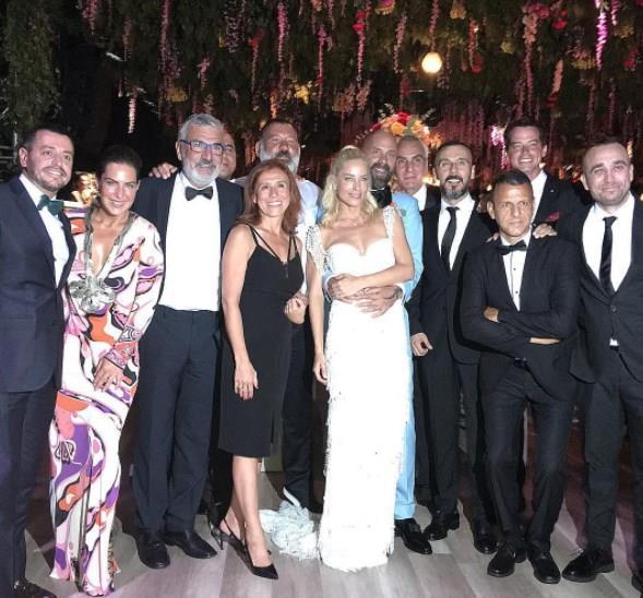 Fatih Terim, Buse Terim, Murat Boz, Hadise, Alp Kırşan ve Eser Yenenler', Pelin Karahanın da aralarında bulunduğu çok sayıda ünlü isim Göcek'de gerçekleşen düğüne akın etti.
