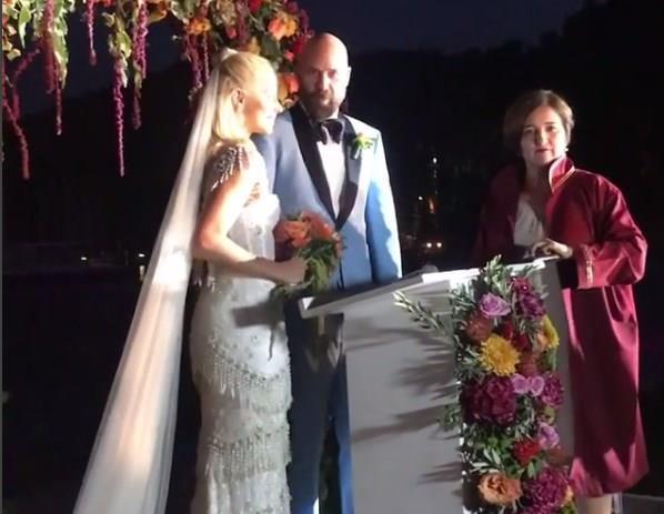 Acun Ilıcalı'nın eylül ayında nikah masasına oturmaya hazırlandığı müstakbel eşi Şeyma Subaşı geceden onlarca fotoğrafı sosyal medya hesabında takipçileri ile paylaşırken Esat Yontunç'un düğünü ünlü çifte prova oldu..