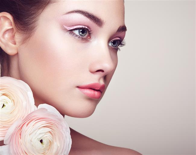 Strobing yüzünüzde ışığın doğal olarak vurduğu alanları aydınlatıcı/highlighter yardımı ile güçlendirerek daha doğal, nemli ve daha aydınlık bir cilt görünümü elde etmek için kullanılan makyaj tekniğidir.