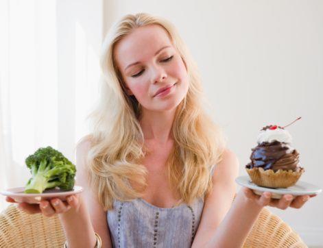 Dengeli beslenme ihmal etmeyin:  Bayramda da yeterli ve dengeli beslenmeye dikkat etmeli, her besin grubundan tüketmeye devam etmelisiniz. Yüksek protein ağırlıklı beslenme hem sindirim sistemi bozukluklarına, hem de halsizlik ve yorgunluğa sebep olabiliyor. Dolayısıyla etin yanı sıra beslenmenizde süt, ekmek, sebze ve meyve grubuna da yer vermeye özen gösterin.