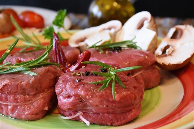 Dolmalar, kızartmalar, hamur işi tatlılar… Birbirinden lezzetli ikramlar bayramlarda sofraları süslüyor. Kurban Bayramı'nın olmazsa olmazı ise kırmızı et. Öğle yemeğinde, hatta kahvaltıda bile kırmızı et tüketilebiliyor. Ancak dikkat! Kırmızı et her ne kadar kaliteli protein kaynağı olsa da, aşırı ve bilinçsizce tüketildiğinde hazımsızlıktan kalp krizine kadar önemli sağlık problemlerine neden olabiliyor. Beslenme ve Diyet Uzmanı Özge Öçal Kurban Bayramı'nda sağlığınızdan olmamanız için et tüketirken dikkat etmeniz gereken noktaları anlattı, önemli önerilerde bulundu.  Kaynak Fotoğraflar: Pixabay, Google Yeniden Kullanım
