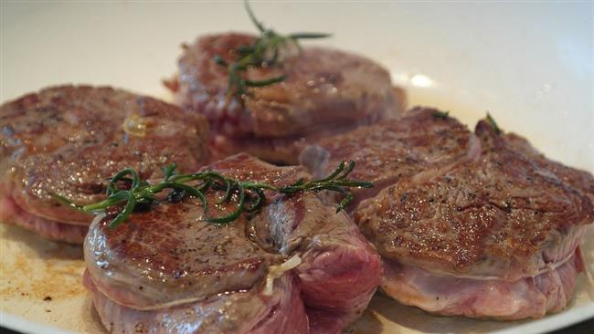 Eti kendi yağıyla pişirin:  Kurban Bayramı süresince tüketeceğiniz etin miktarının yanı sıra pişirme tekniğine de dikkat edin. Eti kızartma ve kavurma yerine, ızgara veya fırınlanmış olarak tüketmeniz daha doğru olacaktır. Ayrıca etin yağsız kısmını tercih etmelisiniz. Etle yaptığınız yemeklere ilave yağ eklemeyerek etin kendi yağıyla pişmesini sağlamalısınız.