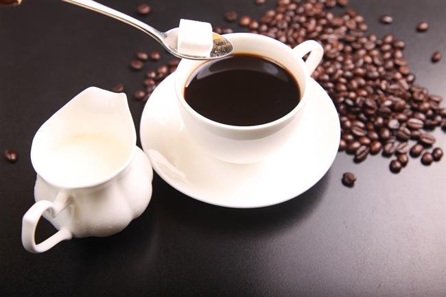KAHVE  Enerji harcamasını arttıran kahve, metabolizmayı hızlandırarak kilo vermeye yardımcı olur. Günde 2-3 fincan Türk kahvesi veya diğer kahvelerin tüketimi, lipolizisi yani yağ yıkımınını arttırarak yağ depolarını boşaltır. Termojenik etkisinden dolayı kilo vermeye yardımcı olur.