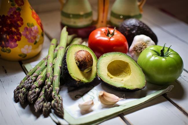 AVOKADO  Sağlıklı yağlarla yağları yakmak mümkün. Avokado içeriğindeki omega-9 yağ asitlerinden dolayı metabolizmayı hızlandırır, yağların enerjiye dönüşmesini destekler. Yüksek lif içeriğiyle tokluk hissini arttırır, yeme ataklarınızı önleyerek kilo vermeye yardımcı olur.