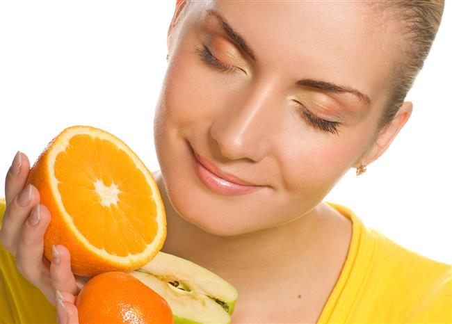 Bitkiler ve meyveler cildimizin en içten dostu olabilirler. Cildimizi hem içten hem de dıştan bakımını sağlama yetenekleri vardır. Her evde bulunan malzemelerle de peeling yapılması mümkündür. Peeling yapmak için taze ve canlı bir bitki ya da meyveyi;  NORMAL VE KURU CİLTLERDE:  Krema, gliserin, yumurta akı ya da bal içinde ezerek,  YAĞLI CİLTLERDE:  Yeşil kil, limon suyu ya da sirke kullanarak hazırlayabiliriz.