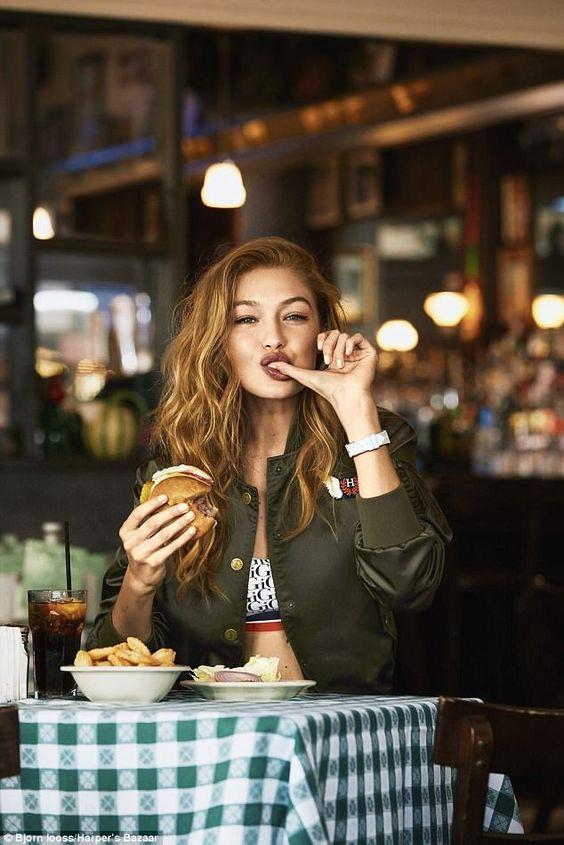 """Gidin ve bir hamburger sipariş edin:  Hadid, """"Her zaman söylediğim en büyük şey fit kalmak için sağlıklı beslenmeli ve aklı başında kalmak için bir şımarma günü yapmalı"""" diyerek arada kendine ödül vermenin de şart olduğunu ifade ediyor."""
