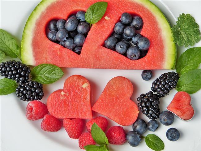 BÖBREK TAŞLARININ OLUŞUMU ENGELLEYEN BESİNLER  Su içeriği yüksek olan besinlerin tüketimini arttırın. Ananas, kızılcık, armut ve karpuz hem yüksek su içerikleri ile diüretik etkiye sahiptirler hem de yüksek lif ile sindirim sürecini hızlandırırlar.  Aynı zamanda taze meyveler içerdikleri vitamin, mineral ve antioksidanlar sayesinde bağışıklık sisteminin işleyişine yardımcı olurlar. Kızılcık idrar yolu enfeksiyonlarını önleme özelliğine de sahiptir. Kereviz, kuşkonmaz, salatalık ve enginar yüksek su içeriğine sahiptir.