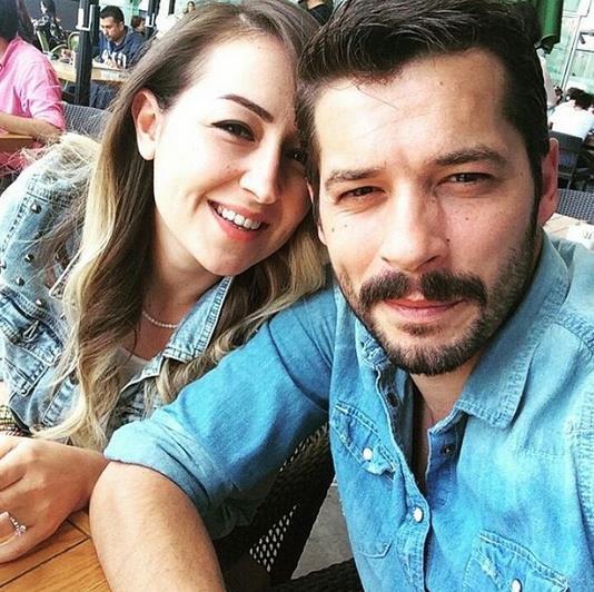 """İpek İlter -Anıl İlter  Anıl İlter, kendisini bir reklam filminde gören eşi İpek'in """"Ben bu adamla evleneceğim"""" dedikten sonra kendisine sosyal medya üzerinden ulaştığını, mutlu bir 'çıkma dönemi' ardından evlendiklerini anlattı."""