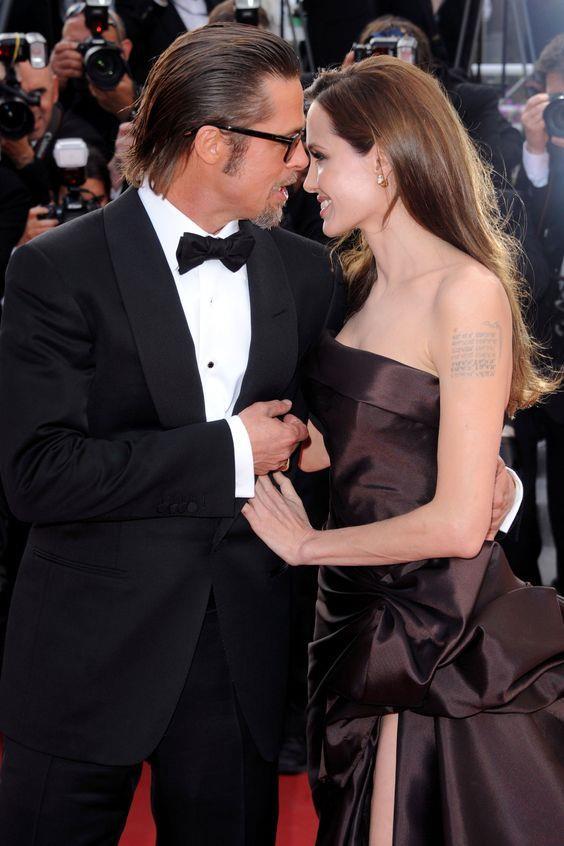 Angelina Jolie - Brad Pitt   Hollywood'un en çok konuşulan çifti! Mr. and Mrs. Smith filminin setinde tanıştı bu ikili. Birbirlerinden etkilendiler. Ancak bir sorun vardı: Brad Pitt, Jennifer Aniston ile evliydi! Aralarındaki çekim gözle görülür hale geldikten sonra, Brad Pitt, Jennifer Aniston'dan ayrıldı. 6 çocuklu kocaman bir ailesi olan Angelina Jolie ile de geçtiğimiz günlerde boşandı.