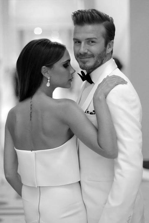 """Victoria Beckham - David Beckham  Spice Girls'ün en top noktada olduğu yıllarda bir futbol maçında tanışıyor bu çiftimiz. Victoria'yı ilk kez bir klipte görmüş Beckham, """"Onunla evlenmeyi kafama koymuştum"""" demiş. İlişkilerini ilk başlarda gizli saklı yaşamayı tercih eden ünlü çift, araba otoparklarında gizlice buluşmuşlar! Ardından 1999 yılında birlikteliklerini harika bir düğünle taçlandırdılar."""