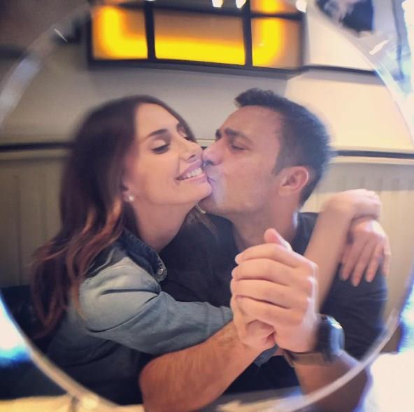 """Emina Jahovic - Mustafa Sandal  Uzun yıllardır evlilikleri süren çift Bodrum'da tanışıyor. Mustafa Sandal, Bodrum konserine arkadaşının ısrarı üzerine iki gün önce gidiyor. Tam teknesini demirlemek için yer ararken Emina ile göz göze geliyorlar ve o an etkileniyor Mustafa Sandal. Sonrası yemeğe çıkıyorlar birlikte. Sandal, """"İnsan aşkı arayamaz. Aşk bir insanı kendine layık görürse onu davet eder. Biz davet edildik aşk tarafından. Şimdi bunu yaşıyoruz doyasıya"""" diyor."""
