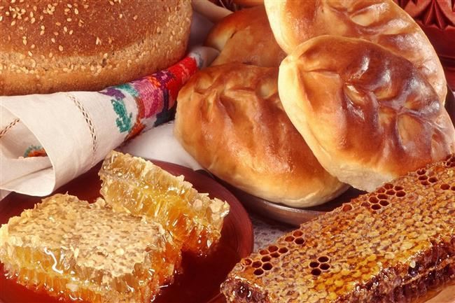 SABAH KAHVALTISINDA TERCİH EDİLMEMESİ GEREKEN YİYECEKLER  REÇEL, BAL, BİR DİLİMDEN FAZLA EKMEK..  1 dilimden fazla ekmek. Reçel, hatta diyet reçel dahil (diyet reçel vücudu kandırmaktır. İntikamı tatlı krizi ile olur). Bal ( bal her ne kadar doğal ve sağlıklı olsa da şeker içerdiği için sindirim sistemini tembelleştirir). Her türlü unlu gıda ( eğer 1 dilim ekmek yenilmeyecekse yerine o kadar miktarda börek veya simit olabilir fakat diğer unlu gıdalar yasaklar arasındadır)