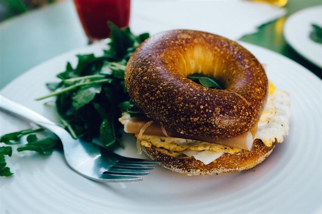 TOST, POĞAÇA  İçi bol malzemeli tost veya poğaça gibi gıdalardan da uzak durun. Çünkü çok malzeme de koysanız yediğiniz tost olduğundan ekmek miktarı malzemeye oranla fazla olacaktır ve sindirim sistemi tembelliği seçecektir.
