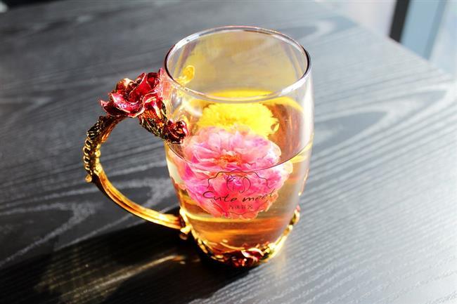 5-YAĞ YAKTIRAN ENERJİK ÇAY KARIŞIMI  Malzemeler:  1 yemek kaşığı kırmızı çay (rooibos çayı)   1 yemek kaşığı kadar mate çayı   1 tatlı kaşığı yasemin çayı   1 çubuk tarçın   4 top karabiber (öğütülmemiş)   1 litre kadar su   İsteğe göre portakal dilimleri   Nane yaprakları  Hazırlanışı:  Tüm malzemeler demliğe konur ve üzerine yavaş yavaş sıcak su dökülerek ağzı kapatılır. Ortalama 6-7 dakika sonra içime hazırdır. Gün boyu içecekseniz çayı süzüp içmelisiniz.