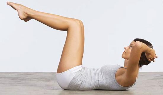 Sıralama Kolaydan Zora Doğru Olacak İkinci Egzersizimiz ''Legs Up Crunch'';  Yere sırt üstü yatılır dizler kırık bir şekilde bacaklar yukarı kaldırılır ve yine boynu öne doğru eğmeden vücut yukarı kaldırılmalıdır. İlk hareket ile bu hareketi süper set olarak yani üst üste ara vermeden yapabilirsiniz.(Örn:20 tekrar Ab.Crunch + 15 tekrar Legs up Crunch)