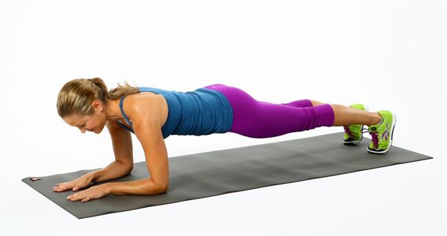 Ve sizlere anlatmak istediğim 10. ve son hareket statik ama son derece etkili olan ''Plank'';  Yüzüstü pozisyonda kollar 90 derece kırılarak dirsekler yerde kalça ve bacak pozisyonları düz bir şekilde olacak şekilde, yine ilk başlayanlar 20-30 sn daha sonraki zamanlarda 1 dk ya da maksimum süre ile yapılabilir. Bu hareket ile hem karın kaslarınızı yoğun bir şekilde çalıştıracak hem de üst bacak kaslarınızı da çalıştıracaksınız.  Tüm hareketleri 2'şer set ya da 3'er set şeklinde setler arası 30 sn, hareketler arası 1 dk dinlenerek yapabilirsiniz.Tabii ki de daha sonraları hareketleri zorlaştırmak için kısa kısa yaparak karın kaslarınızı daha fazla sıkıştırabilirsiniz, set sayılarını tekrar sayılarını artırabilirsiniz ve tabii ki birçok karın egzersizi var ben sizlere sadece 10 tanesini gösterdim daha önce de söylediğim gibi hareketleri doğru açılarda yapmak, yanlış yapıp boynunuzun ya da belinizin ağrımaması için lütfen internetten hareketlerin isimlerini yazarak videolarını izlemeye çalışın böylece hareketi hem doğru yapacaksınız hem de hareketlerinize geliştirip daha da zorlaştırabileceksiniz.  Karın kaslarına sahip olmak herkesin istediği güzel bir görüntü ama gelin biz bunu daha çok önemli olan sağlığımız için yapalım.Şimdiden iyi antrenmanlar.