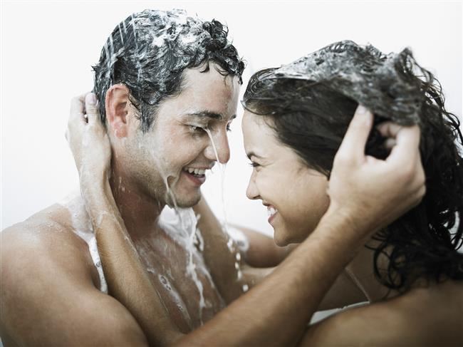 2- Birlikte Duş Alın  Seks yapmak için rutinlerinizden kurtulun. Yatak odasına takılı kalmayın. Mesela birlikte duş alırken seks yapabilirsiniz. Sadece kayıp düşme tehlikelerine karşı dikkatli olun yeter.