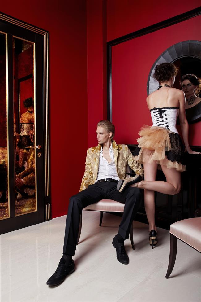 13-Ayna Önünde Seks Yapın   Ayna dediysek öyle odasına devasa düzenekler kurmanızdan bahsetmiyoruz. Seks esnasında kendinizi odanızdaki gardırobun aynasından izleyebilirsin ya da banyodaki aynanın önünde seks yapabilirsiniz. Kendinizi farklı açılardan görmeniz olaya ayrı bir heyecan katacaktır.