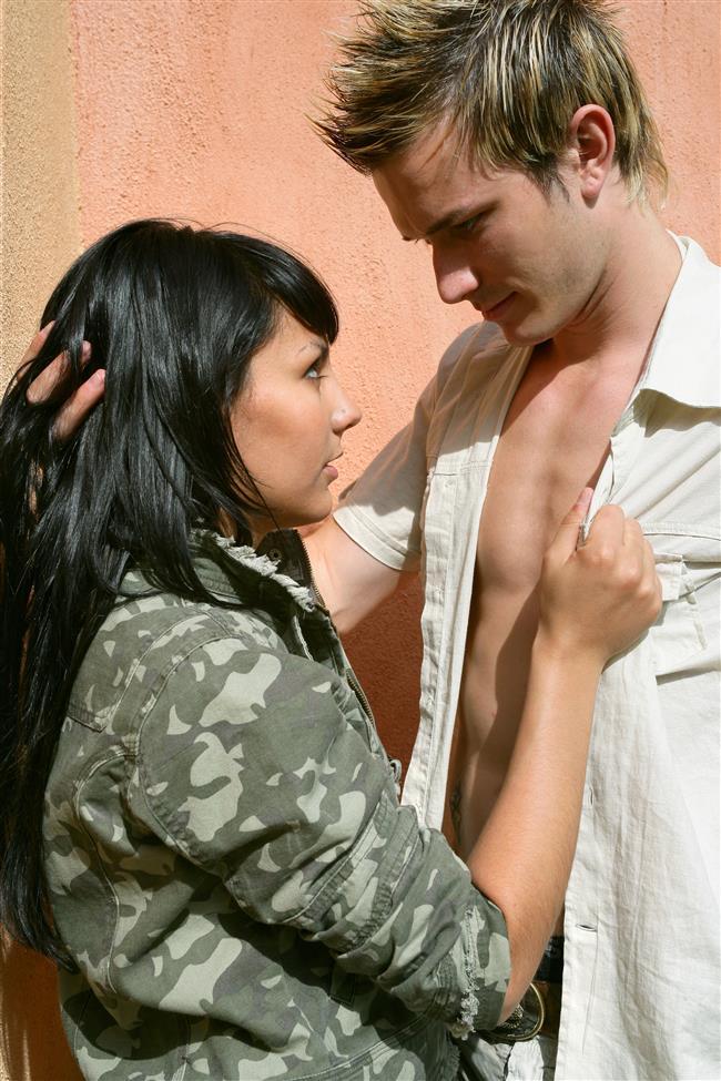 """14- Ahlaksız Konuşun   """"Dirty talk"""" olarak adlandırılan bu konuşmalar seks öncesinde ve seks esnasında partnerin daha heyecanlı ve istekli olmasına katkı sağlar. Bugüne kadar sesiniz çıkmadan yaşadığınız seks deneyimlerini artık bir kenara bırakın ve seks esnasında aktif bir rol alın."""