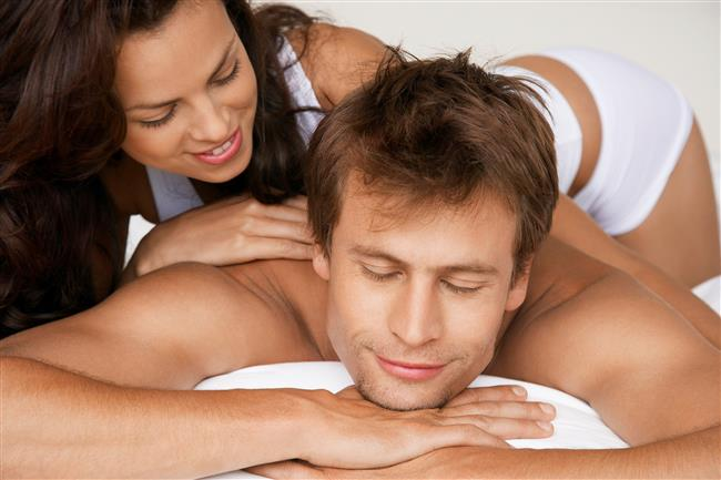 7- Birbirinize Masaj Yapın  Seksi aceleye getirmeyin ve bir görevmiş gibi yapmayın. Partnerinizden kıyafetlerinizi yavaş yavaş çıkarmasını isteyin, masaj yağlarından faydalanarak birbirinize masaj yapın.