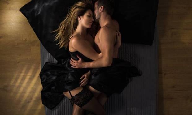3- Yatağınızı Farklılaştırın  Yatak odanızda yapacağınız en küçük değişiklik bile seks hayatınızda farklı bir hava yaratacaktır. Mesela bugüne kadar kullandığınız yatağı değiştirip ipek bir yatak alabilirsiniz. Teninize dokunan ipek yumuşaklık seksi daha yoğun bir şekilde yaşamanıza vesile olacaktır. Yatak değiştirmek yerine ipek çarşaflarla da aynı etkiyi yakalayabilirsiniz. Yeter ki isteyin.