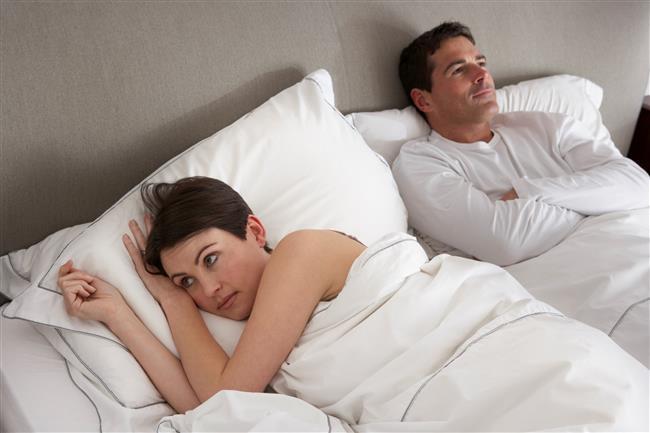 6-Göbeğime ve selülitlerime bakma lütfen!   Yatakta kadını tanımak isteyen erkek göbek, selülit vs. bakmazken kadının bunlara takılması ve bunu dert etmesi yatakta ki erkeği bir hayli kızdırır.
