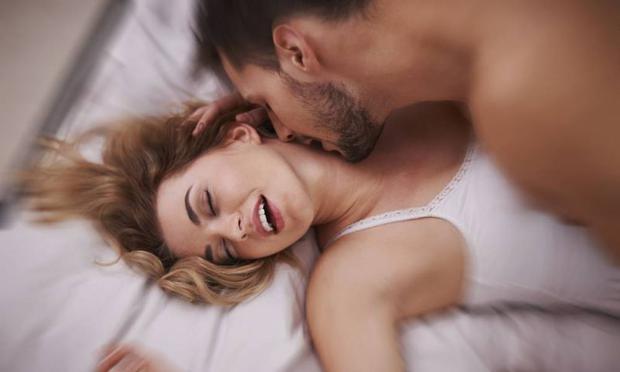 Orgazmı Kolaylaştırmak İçin Düzenli Spor Yapın  Spor yapmanın cinsel isteği artırdığı ve cinsel yaşam süresini uzattığı da unutulmamalıdır. Yani düzenli egzersiz yapmak orgazmı kolaylaştırıyor. Ayrıca spor cinsel organlara giden kan basıncının artırır. Spor erkekler için cinsel birleşme süresini uzatır ve erkek vajina içerisinde daha uzun süre kalabilir.
