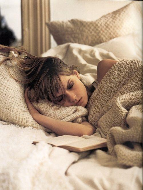 Geç saatte uyumayın:  Geç saatlere kadar oturan bireylerin kilo almaları için iki neden vardır. Birincisi daha geç saatlere kadar oturdukları için atıştırmalara yönelirler ve günlük kalori ihtiyacının üzerine çıkarlar. İkincisi ise yağ yakan hormon olarak adlandırılan ghrelin hormonunun en iyi salgılandığı saat gece 00.00 ile 02.00 arasındadır. Eğer bu saatleri uyumadan ayakta geçirirseniz bu hormonun salgılanma seviyesi ciddi anlamda düşmektedir. Michigan Üniversitesinde yapılan bir çalışmada düzenli uyuyan ve çok geç saatlerde uyumayan bireylerin ortalama %6 civarında kilo kayıpları yaşadıkları gözlemlenmiştir.