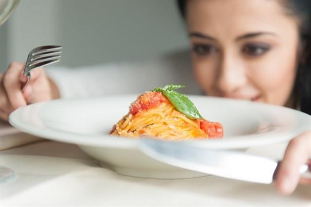 Yemekleri yavaş tüketin:  Yemek yerken ilk önce yemeğe başladığınız saate bakmalısınız. Ve yemeğinizi ortalama 20 dakikada tüketmelisiniz. Çünkü algılama hızı çok hızlı olan beynimizin tokluk hissini algılaması yaklaşık 20 dakika sürmektedir. Tempolu yenilen büyük porsiyonlar yerine keyifle yenilen küçük porsiyonları tercih etmeniz ve yavaş yemeniz daha az besin ile tokluk hissini yaşayarak masadan kalkmanızı sağlayacaktır.