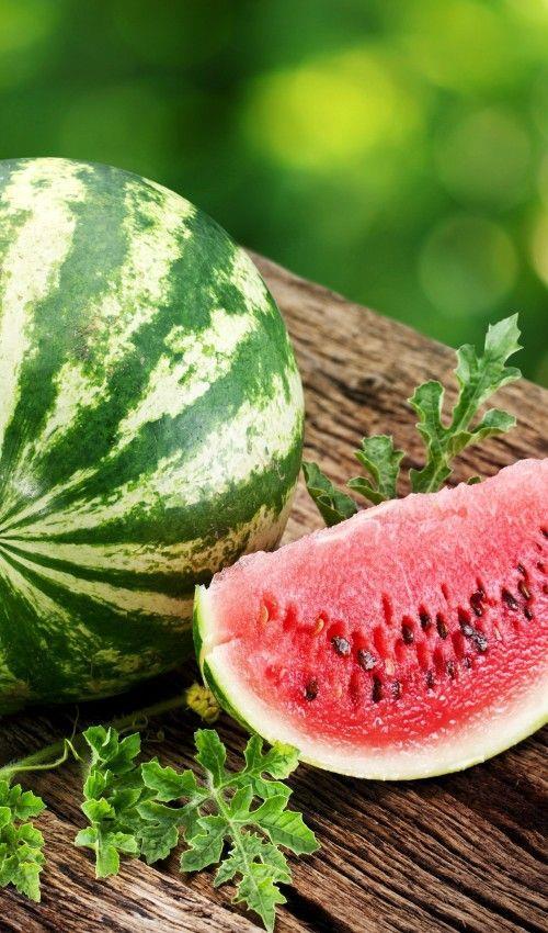 Kırmızı renkli besinler:   Domates, karpuz, çilek, greyfurt ve nar gibi kırmızı renkli besinler güçlü antioksidan likopen içerirler.