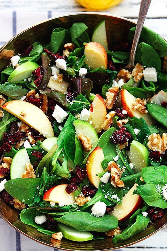 Yeşil renkli besinler:  Marul, roka, avokado, yeşil üzüm ve yeşil erik gibi yeşil renkli besinler, C vitamini ve mineraller açısından son derece önemlidir.