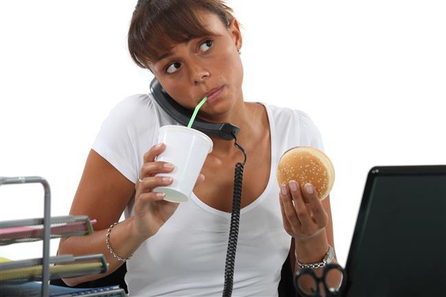 4-ÖĞLE YEMEKLERİNE DİKKAT  Ofis çalışanları öğle yemeklerinde genellikle fast food tarzı yiyecekler ya da kebap çeşitleri gibi yüksek yağlı yiyecekleri yemeyi tercih ederler. Bunun yerine ızgara çeşitleri yanında salata ya da ızgara sebzeler, pirinç yerine bulgur, karabuğday, kinoa, kepekli makarna gibi sağlıklı karbonhidratlar ve az yağlı yoğurt ayran tercih edilmelidir.