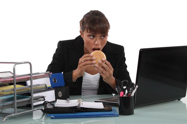 Peki İş Yerinde Sağlıklı Beslenmek İçin Neler Yapmalıyız?    1-DÜZENLİ YEMEK YİYİN  Çalışanların en büyük hatalarından biri düzensiz yemek yemek ve uzun süreli aç kalmaktır. Bu süre zarfında kan şekeri düşer ve bu sebeple konsantrasyon azalır, dikkat dağılır ve bilinç zayıflar. Yani gün boyu zihinsel fonksiyonlarımızın düzgün çalışmasını istiyorsak mutlaka düzenli yemek yemeli ve ceviz, badem, fındık gibi yağlı tohumlar, taze sebze ve meyveler, yoğurt, süt ve tam tahıllı gıdalar gibi sağlıklı yiyeceklerle ara öğünler yapmalıyız.