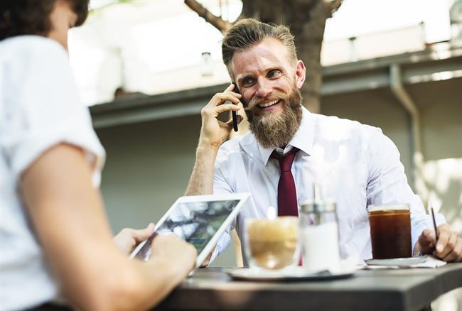 7-ÇAY VE KAHVE TÜKETİMİNİ AZALTIN  Ofis çalışanları sürekli dinç ve uyanık kalmak adına sürekli çay ve kahve tüketirler. Ancak çay ve kahve fazla tüketildiği takdirde fazla kafein bilinenin aksine stresi artırır ve dikkati dağıtır. Ayrıca bazı vitamin ve minerallerin de emilimlerinin azalmasına neden olur. Siyah çay ve kahve yerine yeşil çay, bitki çayları ve su tercih edilmelidir.
