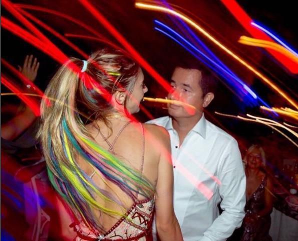 """Festival fotoğraflarının ardından Acun Ilıcalı ile Esat Yontunç'un düğününden fotoğraf paylaşan Subaşı:   """"Bana her yer festival..Etrafimdaki herkes de festivalimin icinde... """" açıklamasını düştü."""