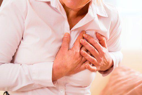 Kalbe zarar veriyor:  Institute of Medicine'ın raporuna göre şeker kötü kolesterol olarak bilinen LDL ve trigliseridlerin yükselmelerine neden olarak damar tıkanıklığına yol açabiliyor. Damarların içindeki bu parçacıkların artması da kalp krizi riskini yükseltiyor.