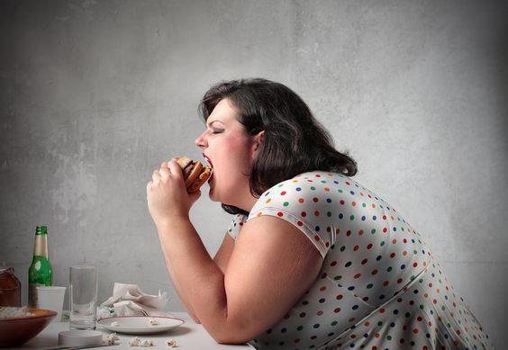 Obeziteye yol açıyor ve karaciğer yağlanmasına sebep oluyor: Günümüzün önemli hastalıklarından biri olan obezitenin temel nedeni, aşırı şeker tüketmek. Yapılan çalışmalar açıkça gösteriyor ki fazla miktarlarda ve devamlı olarak şeker tüketildiğinde karaciğer şekerin bileşeni olan fruktozu yağ olarak depoluyor. Bunun sonucunda da özellikle bel çevresinde yağlanma hızla artıyor.  Karaciğerde fazla trigliserid birikimi yağlı bir karaciğere sahip olmanıza neden olabiliyor. Yapılan çalışmalar da gösteriyor ki fazla fruktoz tüketimi trigliseridlerin yükselmesine yol açarak karaciğer yağlanmasını tetikleyebiliyor. Ayrıca fazla şeker tüketimi sonucu kilo artışı ve bunun sonucunda obezite ile gelen insülin direnci de karaciğer yağlanmasını tetikleyebilen diğer unsuru oluşturuyor.