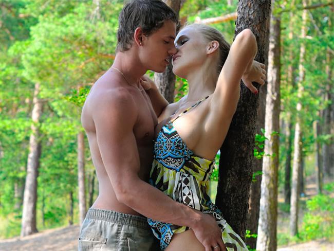 7-Tarzan ve Jane  İşte bu oyun gerçekten çok yaramaz. Seks için vaktiniz bolsa etrafınızda oyununuzu kesecek öğeler bulunmuyorsa yani evin içinde rahatsanız böyle bir oyun oynayabilirsiniz. Tıpkı Tarzan ve Jane gibi bir ormanda olduğunuzu hayal edin. O ağaçtan diğer ağaca atlayan ve eşini arayan maymunlar gibi birbirinizden saklanabilir, sal, atkı, ip gibi malzemelerden yararlanarak birbirini yakalamaya çalışabilirsiniz. Oyunu oynarken Tarzan ve Jane gibi yarı çıplak olmanız olaya daha da heyecan kapacaktır. Bu oyunu oynarken yine de dikkati elden bırakmayın.