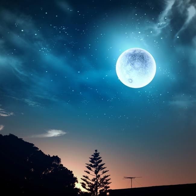 AY-NEPTÜN KAVUŞUMU GERÇEKLEŞİYOR!  Bu dolunay, bugüne kadar haksız yere vermek zorunda kaldığımız şeyleri başka bir surette geri alabileceğimizin mesajlarını veriyor. Dolunayın yönetici gezegeni Neptün Haziran 2017 'den beri gerileme hareketinde devam ediyor. Bu dolunay esnasında Ay-Neptün ile bir kavuşum gerçekleştiriyor. Bu durum, bizden bağımsız ve bizim kontrolümüzde olmayan şeyler olduğunu ve olana müdahale edemediğimizi sembolize ediyor. Çünkü bugüne kadar görmezlikten geldiğimiz şeyler oldu.   Müdahale şanslarımızı da kaybettik. Artık sonuçlarına katlanarak, belki de acı çekerek, bu bilince kavuşmak durumunda kaldık. Şüphesiz olan olmuştur ve bizim artık olana müdahale etmemiz söz konusu değil.  Ancak eğer hepimiz kendimizden ve yaşamımızdan sorumluysak,  yaşamdaki tercihlerimizden de sorumluyuz. Yani olan her neyse, yaptıklarımızla bir ilişkisi var demektir.